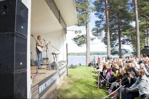 Mer än 1000 personer såg Tomas Ledin på hembygdsgården i Rätan på lördagen. Spelningen är Tomas enda den här sommaren.