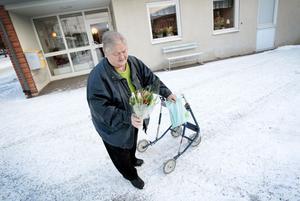 Vem ska få den här buketten? Kaija Hansson tar fram tulpanerna och gör sig redo för att överraska.