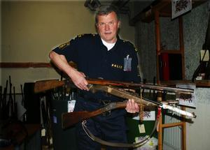 Jaktgevär. Det är mest gamla jaktgevär som lämnats in. George Samuelsson visar några exempel på sådana.