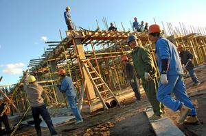 LÅG LÖN. 2005 uppdagas det att byggarbetarna tjänade 17 kronor i timmen. Byggnadsarbetareförbundet drev igenom en höjning till 130 kronor i timmen.