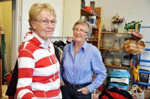 Irma Hjort och Britt Axelsson är tacksamma för alla hela och rena kläder och saker som skänks till Kupan.