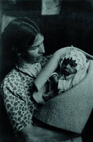 Tove som nyfödd i sin mor Signe Hammarsten-Janssons famn. Foto: Moomin Characters