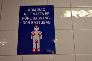 Plakat på badhusen visar var på kroppen det är extra viktigt att rengöra sig med tvål innan bad och bastu; håret, armhålorna, underlivet och fötterna.