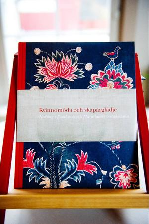 Boken berättar om den textila historien i Jämtland och Härjedalen som sammankopplas med världen via importerade tyger och modets svängningar.Foto: Robert Henriksson