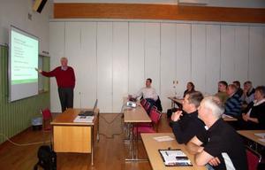 Många av kommunens beslutsfattare lyssnade till arkitekten Anders Nyquist när han pratade ekologiskt byggande.Foto: Carin Selldén