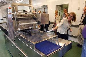 I ett alldeles eget rum står förpackningsmaskinen som ska effektivisera distributionen av matportioner.I maskinen plastas portionsförpackningarna och töms på luft för att istället fyllas med Biogon. Det är en livsmedelsgas som hjälper till att hålla att hålla matens färger fräscha.
