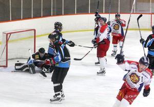 15-åriga målvakten Anton Larsson och hans uteförsvar deppar efter ett Falumål i den sista perioden. S/L föll med hela 2–9.