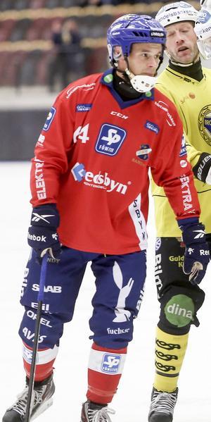 Två ärrade profiler i elitserien – 39-årige Daniel Välitalo framför Brobergs 43-årige Stefan Larsson.