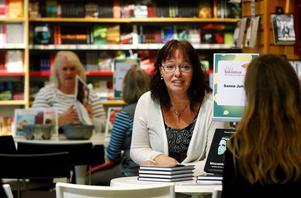 Sanna Juhlin, Söråker, romandebuterade med Memento Mori i fjol. I mars kommer barnboken Elaka fröken Fårskalle.