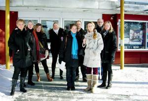 Barnsköterskan Anki Söneby, två från vänster i bild, och hennes kollegor från Barnkliniken och IVA, lämnar Folkets hus efter att ha blivit avvisade från landstingsfullmäktige. Foto: Anita Näsberg