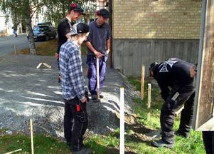 Vid det nya resecentret på Norra vägen förbereds bygget av busskurer. Det är elever från årskurs två  på Åre gymnasieskolas byggprogram som ska bygga kurerna.