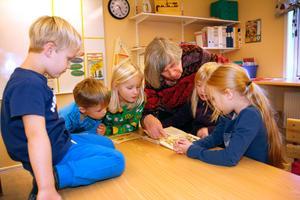 I snart fyra år har Britt Pettersson varit skolmormor på byskolan i Huddunge. Här visar hon sina egna skolböcker för Joel Röjerås, Sid Ekman, Filippa Lind, Sabina Karlsson och Moa  Vikström.
