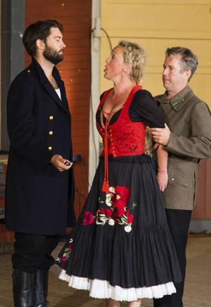 Löjtnant Lanz (Zuniga) beordrar Jona (José) att arrestera Carin (Carmen) för ett knivhot.    Foto: MATS PÄRSSON