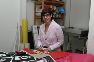 Maria Åman, producent, jobbar även med dekoren på scenen.