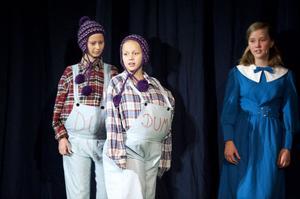 Alice (Alva Sörman) träffar på många konstiga figurer i underlandet, som till exempel Du och Dum, som spelas av Sandra Danielsson och Ida Uppström.