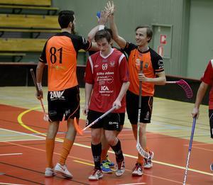 Anton Joelsson och Daniel Åslund firar över huvudet på Timrås William Öhlén Nylund.