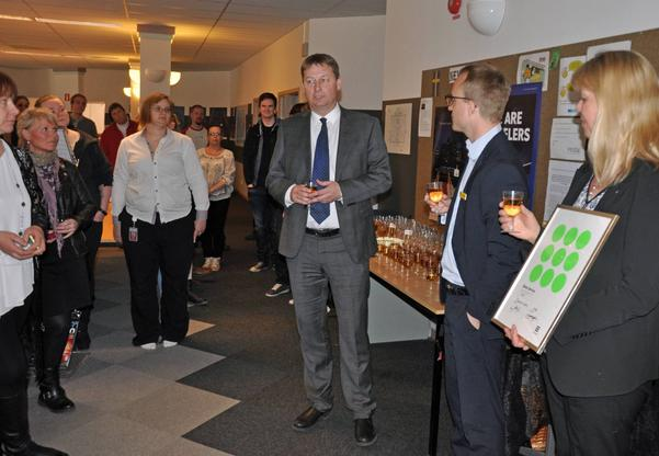 Sykes Åke Larsson och Johan Klerelid samt Annika Rostock Breed båda från SAS, samlade personalen för att fira det servicepris som SAS har fått.