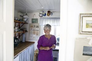 De väggfasta skåpen har ersatts med öppna hyllor i den lilla köksdelen.