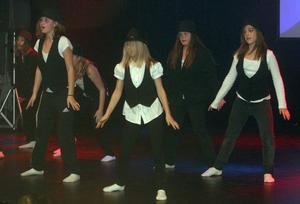 Redan innan dansarna från Stugsunds årskurs 4-5 och Vågbro årskurs 4 tog första stegen visade publiken uppskattning för låtvalet; Billie Jean.