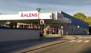 Fastigheten där Åhléns ligger heter Rådmannen 9 och byggdes 1965.