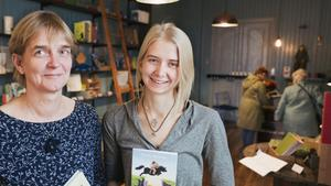 Tin och Janna Carleson går mot strömmen och har öppnat en bokhandel i Järna. Här finns även en läshörna för den som vill dricka te och läsa en stund.