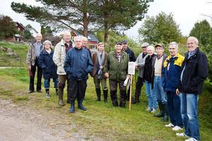 FOTO: KRISTOFFER JÄDERBERGHär har Rune Callberg samlat en grupp intresserade tillsammans med Länsstyrelsens Barbro Hårding. Gruppen gick runt till 10 olika soldatställen i Knåda, både till bevarade stugor och husgrunder.