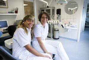 """UNDANTAGET. Tandsköterskan Tuire Palosaaris och tandläkaren Maria Sjökvists mottagning är den enda av                                                   privattandläkarmottagningen i undersökningen som hade prislista tillgänglig. """"Det har vi alltid haft"""" säger Maria Sjökvist."""
