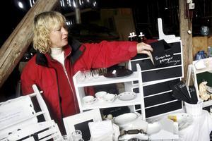 Tar vara på det gamla. Carina Johansson säljer hantverk och är glad att hon fick så inomhus. Hon gillar att ta tillvara på det gamla, och gör gärna om loppisfynd till egna saker.