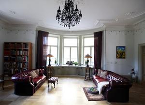 Salongen med burspråk och runda fönsterglas.