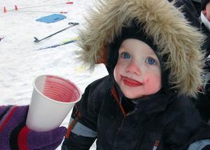 Melker Lind, 2 år, som går på Knåda förskola blir nog en väldigt duktig vasaloppsåkare med tiden. Han drack redan blåbärssoppa som den värsta storåkare i alla fall.