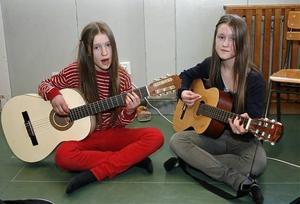 Klara och Fanny Källström på Häggdångers byskola deltog i helgen tillsammans med lillasyster Maja i finalen i