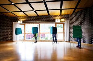 Församlingshemmet i Örnsköldsvik. Bakom de gröna skärmarna gjorde Svenska kyrkans medlemmar sina val till kyrkomöte, stiftsfullmäktige och lokala kyrkofullmäktige i kommunen.