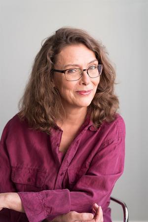 Åsa Lind har arbetat som journalist och skriver både faktaböcker och skönlitteratur för barn.