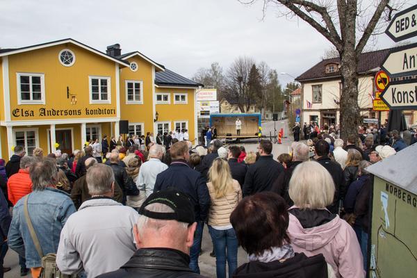 Många hundra personer kom till invignignen av Elsas i Norberg. Under hela förmiddagen ringlade kön in till konditoriet lång.