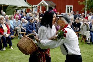 Rosenkyssar med Marianne och Jörgen Jensen.BILD: PETER ERIKSSON