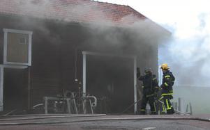 Verkstadsbrand. Klockan 16.17 kom larmet till SOS i Falun. Brand i Byggningen mitt emot Sommarland. Foto: Annki Hällberg.