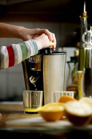 En bra citruspress ska inte behöva att man håller emot särskilt mycket när frukten pressas.Foto: Pontus Lundahl/TT