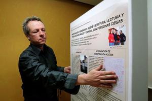 Per Mattson har tagit fram en elektronisk affisch för seende och synskadade. På affischen kombineras talande information med vanlig text och punktskrift.