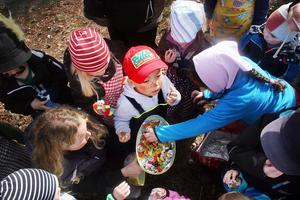 Ett jätteägg, fullt av godsaker, lämnade påskhäxan till barnen, och Paark Zhi Hun provsmakade direkt!