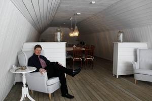 Anders Forslund kopplar av uppe på den nyinredda logen där han håller sina kurser i kommunikation och ledarskap.