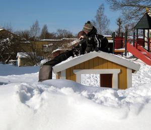 Två barn på lekstugans tak orkade inte dra upp den tredje som hängde uppochner, så jag fick hjälpa till.