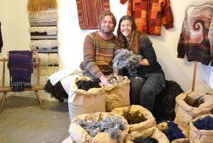 Sonia och Roger Bush hemma på Näbbäcksholen i Dala-Floda.