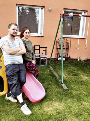 Antonio Olovsson och hans sambo Sabine Norgren är besvikna och arga på Björksätraskolan som skickat hem deras sjuåriga dotter som går i förskoleklass själv utan något vuxet sällskap och utan att ha varit i kontakt med dem som föräldrar innan. De var inte ens hemma utan fick åka hem akut från Gävle för att rädda upp situationen.