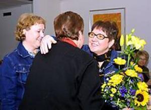 Foto: EMMA EDERYD Uppvaktades.  I fem år har undersköterskorna Ylva Jansson och Ellinor Johansson arbetat för att kvalitetsmärka labbet. I går firade hela hälsocentralen med blommor, buffé och tårta.