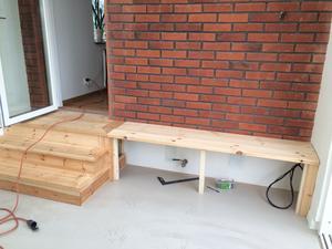Anne Jäder byggde själv trappan ner till orangeriet, liksom sittbänken som också rymmer praktisk förvaring.