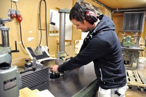 Säters Snickerifabrik har 16 anställda, bland dem operatören Markus Orr. Fabriken jobbar i första hand med att behålla personalen men hoppas att kunna nyanställa om produktionen ökar framöver.