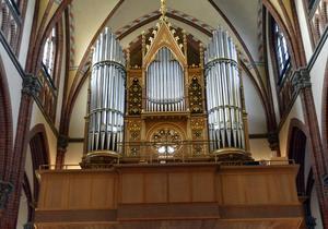 Bakom fasaden står nu GA-kyrkans renoverade och åtskilligt förbättrade orgel - ett förnämligt konsertinstrument för Sundsvall.