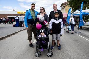 Anders och Linnea Westman med 1,5 år gamla dottern Anny från Ödsbyn besökte Bredbyndagen med vännerna Daniel och Dennis Karlsson från Örebro.