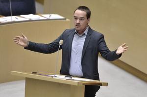 Kent Ekeroth åtalas för ringa misshandel. Det är tätt mellan rättsfallen mot riksdagsledamöter från Sverigedemokraterna.