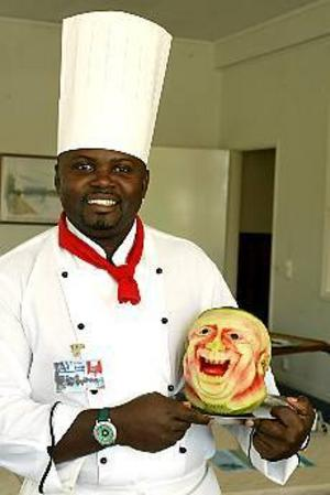 Foto: LEIF JÄDERBERG Chefen. John Mutuas huvud på ett fat. Arnold Safari Ngumbao visar ett av sina konstverk i vattenmelon. - It´s my boss, säger han och skrattar.